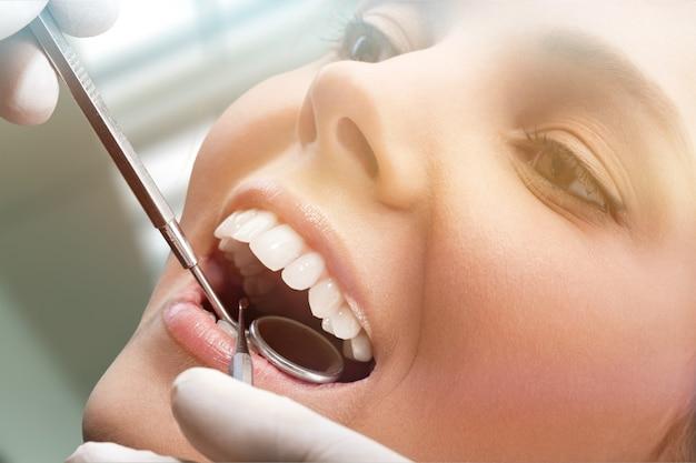 Zahnheilkunde parodontal attraktiver teenager schönes mädchen bleichtherapie offene person karies
