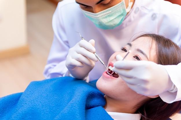Zahnheilkunde und zahnheilkunde. zahnarzt-check-up-zähne für asiatische patienten. arztlebensstil und arbeiten in der zahnklinik.