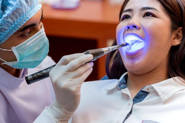 Zahnheilkunde und zahnheilkunde. zahnarzt-check-up-zähne für junge asiatische patienten. arztlebensstil und arbeiten in der zahnklinik.