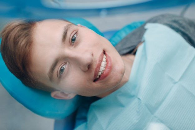Zahnheilkunde. zahnarzt und patient. zahnarztklinik. blick aus den augen des zahnarztes. ansicht der ersten person.