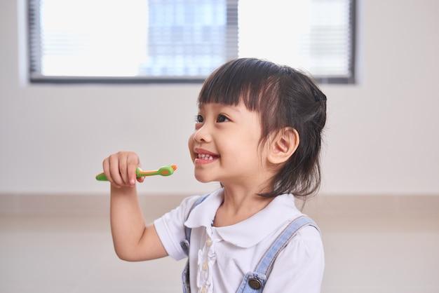 Zahnhygiene. glückliches kleines mädchen, das sich die zähne putzt