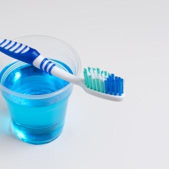 Zahnhygiene. zahnbürste, mundwasser auf einem weißen hintergrund