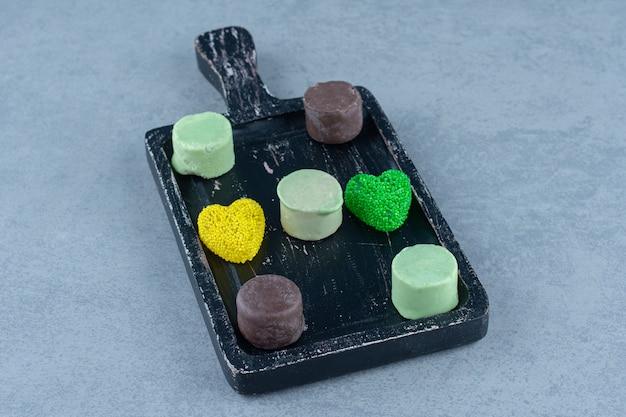 Zahniger keks auf dem tablett, auf dem marmortisch.
