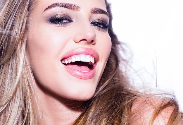 Zahnkonzept, weiße zähne der schönheitsfrau. zahnweiß-lächeln-konzept. offener mund und gesunder zahn