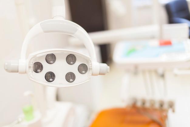 Zahnmedizinische ausrüstung auf unscharfem hintergrund