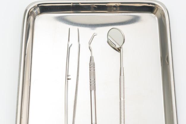 Zahnmedizinische werkzeuge und ausrüstung auf weißem hintergrund.