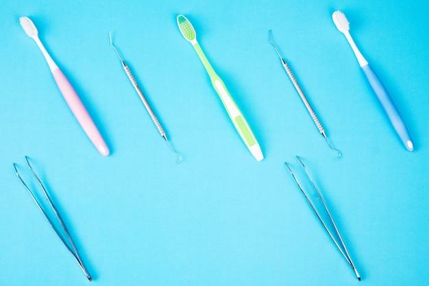 Zahnmedizinischer werkzeuggebrauch für zahnarzt auf dem blauen hintergrund