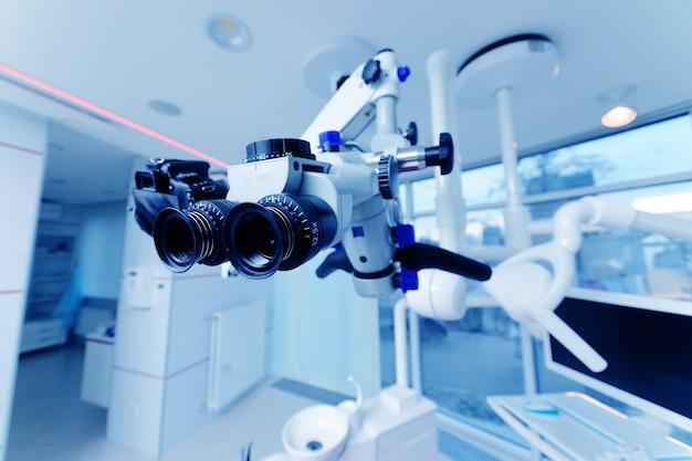 Zahnmedizinisches mikroskop auf einem hintergrund einer modernen klinik