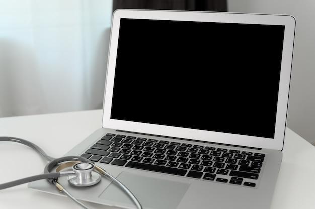 Zahnmedizinisches werkzeug des zahnarztes zur zahnröntgenstrahlarbeit, die zahn-röntgenstrahl auf computer betrachtet