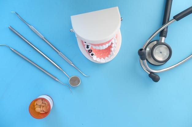 Zahnmodell aus kunststoff auf blauer oberfläche