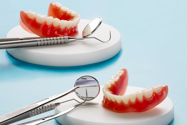 Zahnmodell, das ein implantatkronenbrückenmodell zeigt / zahndemonstrationszahnstudie lehrt modell.