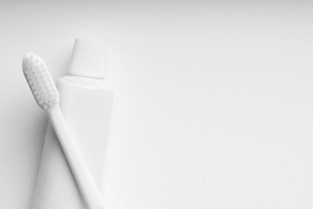 Zahnpflege- und zahnbürstenset in weißer und monotoner farbe für ein sauberes konzept