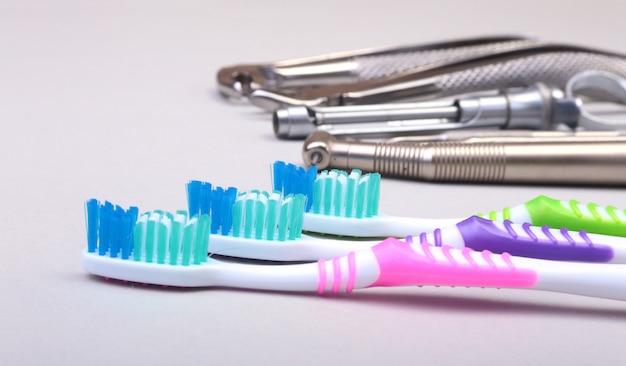 Zahnpflegezahnbürste mit den zahnarztwerkzeugen lokalisiert auf weißem hintergrund.