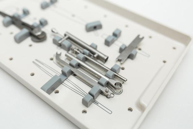 Zahnprothesenwerkzeugsatz auf weißem hintergrund