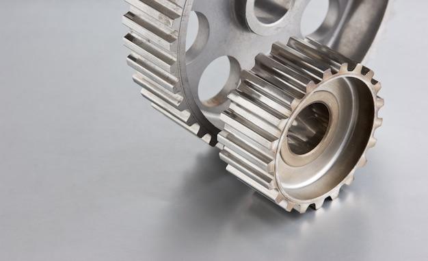 Zahnräder auf einer metallplatte