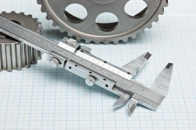 Zahnräder und bremssattel auf millimeterpapier