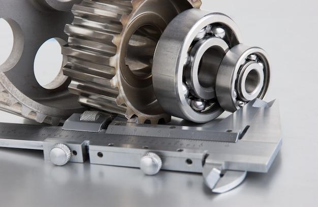 Zahnräder und lager mit bremssätteln auf einer metallplatte