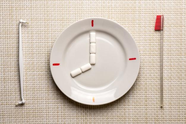 Zahnreinigung pause konzept. zeit zum zähneputzen bei der arbeit oder beim essen