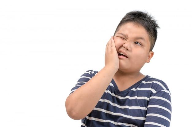 Zahnschmerzen-konzept. beleibter junge, der schmerz glaubt