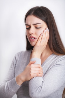 Zahnschmerzen. schöne frau, die starken schmerz, zahnschmerzen glaubt