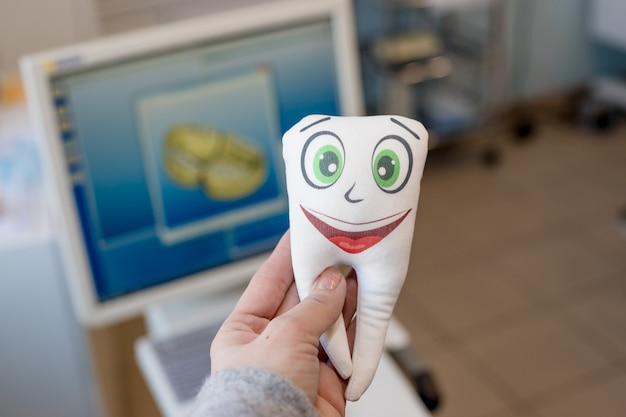 Zahnspielzeug mit lustigem gesicht. geräte und zahnärztliche instrumente von zahnärzten