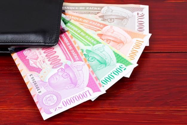 Zairean geld in der schwarzen geldbörse