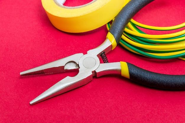 Zangenwerkzeug und drähte für elektriker-nahaufnahme