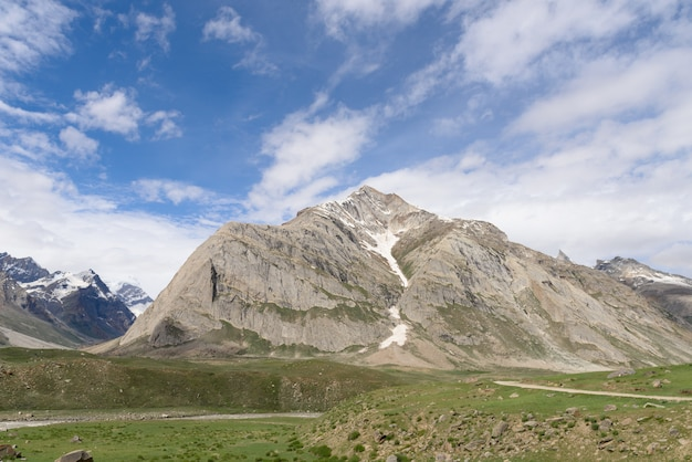 Zanskar-landschaftsansicht mit den himalaja-bergen bedeckt mit schnee und blauem himmel in jammu u. in kashmir, indien,