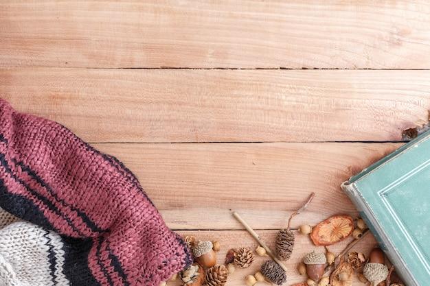 Zapfen, eicheln und holzstücke mit tüchern und buch