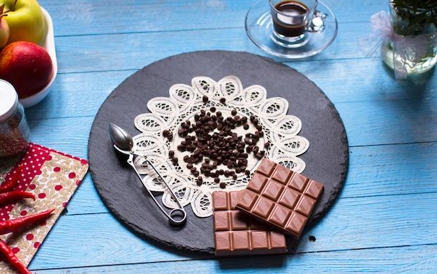 Zartbitterschokolade und vollmilchschokolade mit glühenden chilischoten