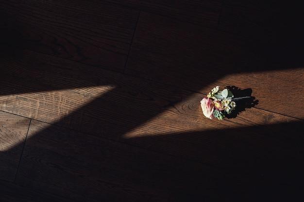 Zarte boutonniere aus rosen liegen auf dem fensterbrett