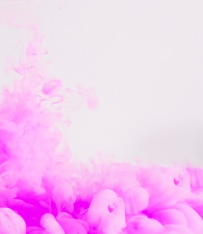 Zarte fließende rosa tintenwolke