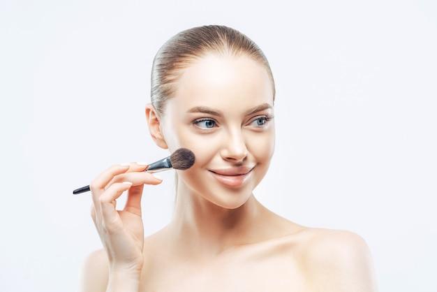 Zarte gesunde europäische frau gibt make-up-lektion