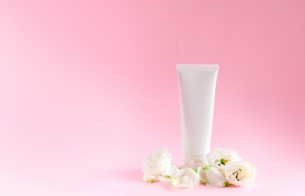Zarte hautpflege kosmetikglas mit blumen