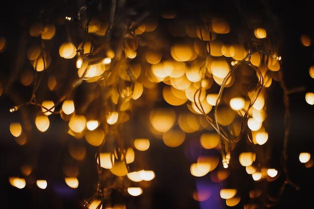Zarte leuchtend gelbe lichter