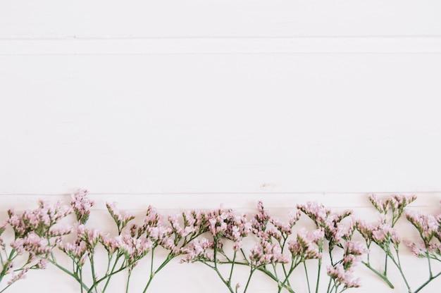 Zarte lila blumen auf einer reihe mit platz auf der oberseite