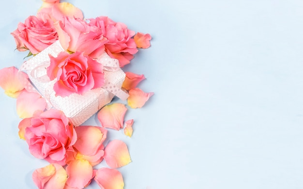 Zarte rosen über geschenkbox