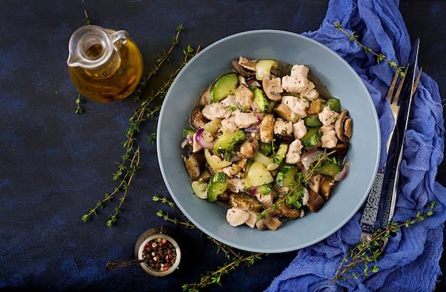 Zarte scheiben hähnchenfilet mit zucchini und pilzen mit italienischen kräutern gedünstet. gesundes essen. die richtige lebensweise.