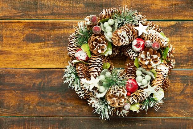 Zarte weihnachtskranz aus tannenzapfen