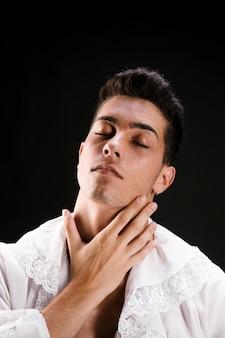 Zarter mann im streichelnden hals des hemdes