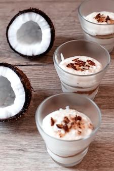 Zarter nachtisch der kokosnuss im café. dessert im glas zum valentinstag.