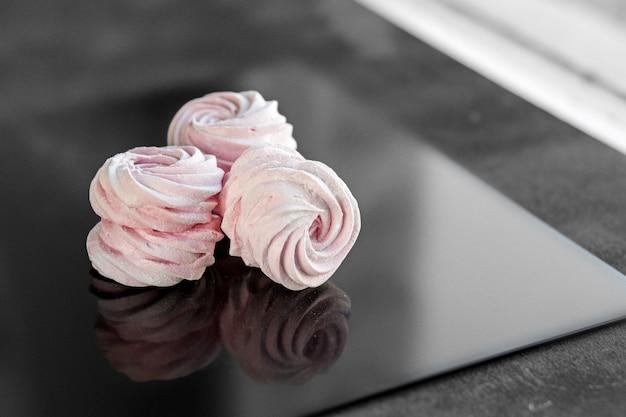 Zarter süßer rosa zephyr. das konzept von lebensmitteln und süßigkeiten.