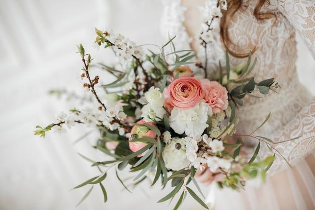 Zartes bouquet mit frühlingsblumen und rosa ranunkeln