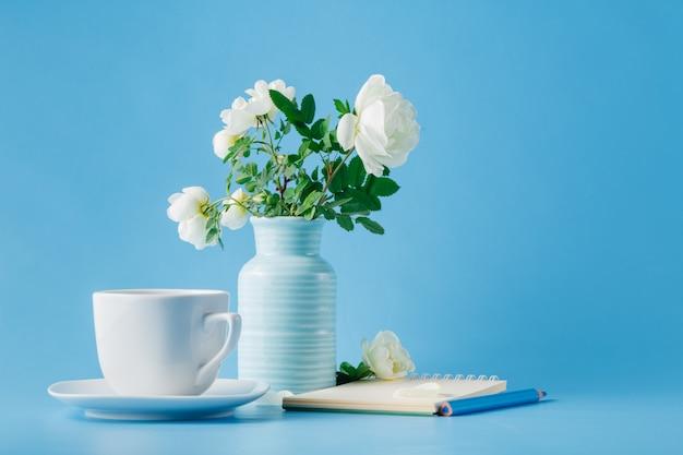 Zartes bouquet von wilder rose und tasse tee