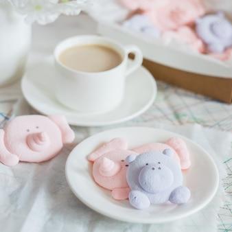 Zartes marshmallow-dessert in form von lustigen tieren und einer tasse mit einem getränk