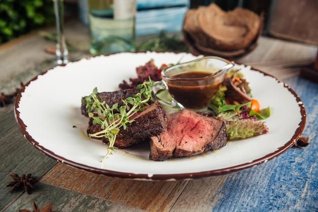 Zartes steak mignon mit gemüse und sauce