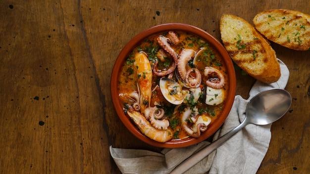Zarzuella de marisco, calderetta marinera, spanischer eintopf mit meeresfrüchten