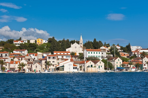 Zaton ist eine kleine historische stadt an der adriaküste in kroatien