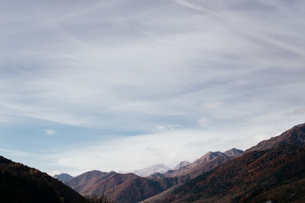 Zauberhaft bezaubernde natur, majestätische berge und pisten unter blauem himmel