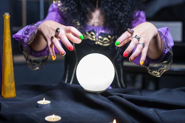Zauberin mit kristallkugel